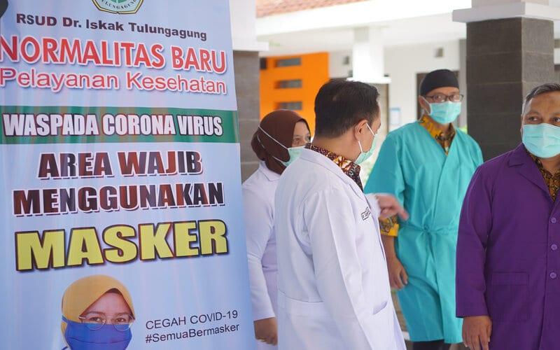 Direktur RSUD dr. Iskak, dr Supriyanto, Sp.B, M.Kes (kiri) berdiskusi dengan Kepala Dinas Kesehatan Kabupaten Tulungagung, dr. Kasil Rokhmad, MMRS (kanan) saat meninjau kesiapan ruang-ruang pelayanan medis seiring diresmikannya tahapan normalitas baru pelayanan kesehatan di RSUD dr. Iskak, Tulungagung, Jawa Timur, Selasa (7/7 - 2020). Normalitas baru pelayanan kesehatan dengan tujuan membangun kembali kesadaran berobat ke rumah sakit maupun layanan kesehatan lain bagi masyarakat yang sakit itu diberlakukan se