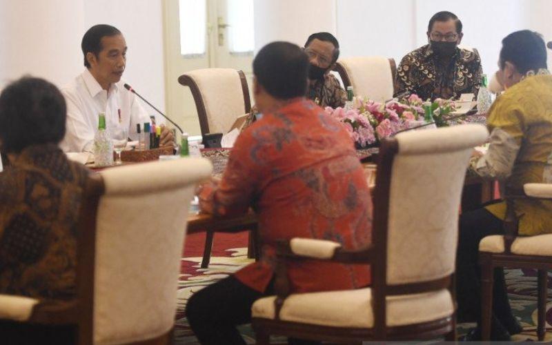 Presiden Joko Widodo menerima pimpinan MPR RI di Istana Kepresidenan Bogor, Rabu (8/7). (ANTARA - Akbar Nugroho Gumay)