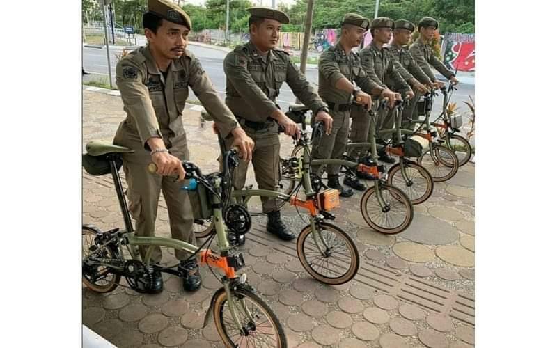 Sebuah video yang menampilkan segerombolan laki-laki menggunakan seragam Satuan Polisi Pamong Praja (Satpol PP) dengan mengendarai sepeda Brompton beredar luas di group whatsapp dan menjadi pembicaraan pada Rabu (8/7 - 2020)