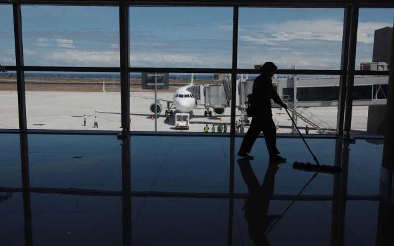 Petugas kebersihan membersihkan ruang tunggu di Yogyakarta International Airport, Kulonprogo, Rabu (02/05/2019). - Harian Jogja/Desi Suryanto
