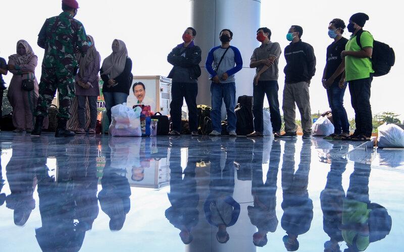 Prajurit memberikan arahan kepada sejumlah Orang Tanpa Gejala (OTG) yang telah sembuh dari Covid-19 saat acara pelepasan di gedung Mal Pelayanan Publik kawasan lingkar timur Sidoarjo, Jawa Timur, Selasa (7/7/2020). Pasmar 2 bekerja sama dengan Pemkab Sidoarjo melepas 13 pasien Orang Tanpa Gejala yang sudah menjalani perawatan di ruang isolasi dan dinyatakan sembuh. - Antara/Umarul Faruq