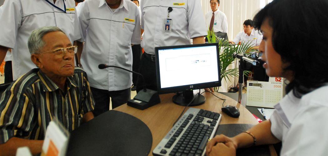 Salah seorang pensiunan Telkom melakukan pengurusan layanan pensiun di salah satu Bank BUMN. - Antara / Rezza Estily