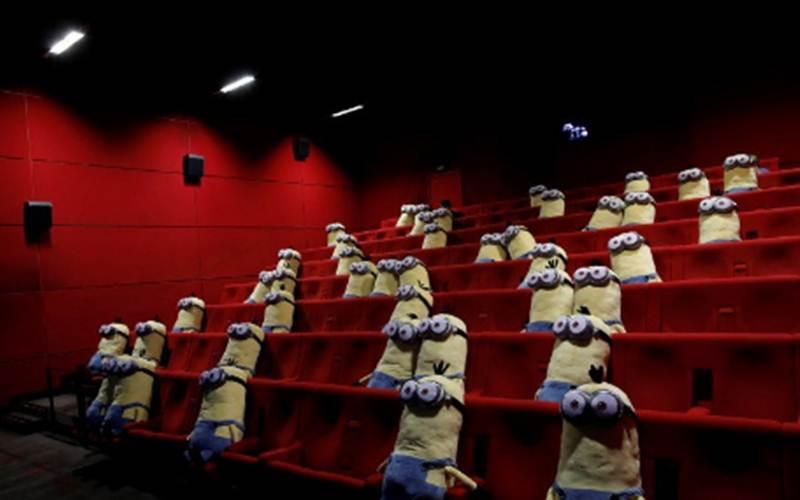 Ilustrasi - Boneka Minion dipasang di kursi bioskop untuk menjaga jarak sosial antara penonton di sebuah bioskop MK2 di Paris ketika bioskop membuka kembali pintu bagi publik, 22 Juni 2020. - ANTARA/REUTERS=Benoit Tessier