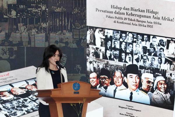 Anggota Fraksi PDIP Rieke Diah Pitaloka memberikan sambutan pada rangkaian acara Pameran, Peluncuran Buku, dan Penyerahan Sertifikat