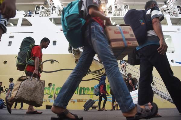 Penumpang turun dari kapal Pelni Labobar asal Balikpapan, Kalimantan Timur, di Terminal Gapura Surya Nusantara, Pelabuhan Tanjung Perak, Surabaya, Jawa Timur, Jumat (8/6/2018). - ANTARA/Zabur Karuru