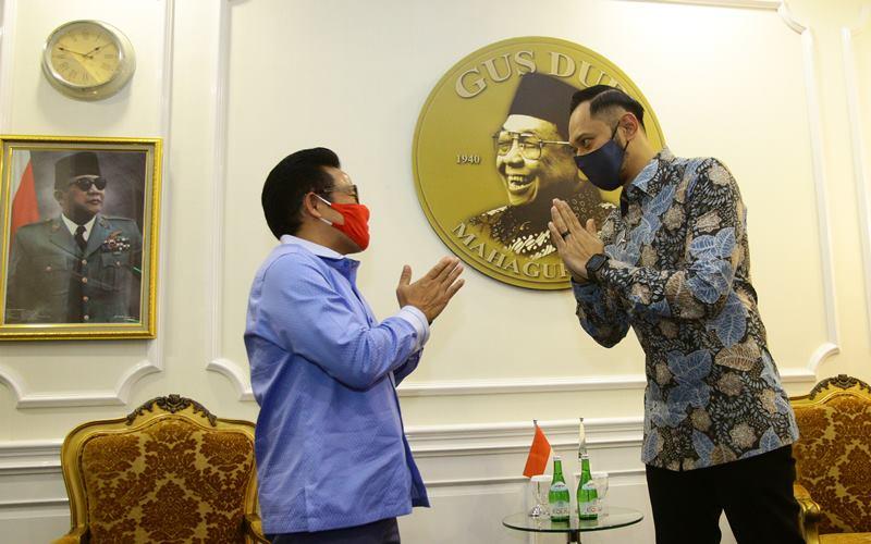 Ketua Umum Partai Kebangkitan Bangsa (PKB) Muhaimin iskandar (kiri) menyambut kedatangan Ketua Umum Partai Demokrat Agus Harimurti Yudhoyono (kanan) yang berkunjung ke kantor DPP PKB, Jakarta, Rabu (8/7/2020). Kunjungan tersebut dalam rangka silaturahmi serta membahas kemungkinan koalisi di beberapa daerah dalam pilkada 2020 dan juga membahas soal kerja sama antar Partai. ANTARA FOTO - Reno Esnir