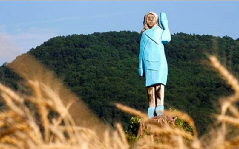 Patung kayu Melania Trump di Slovenia - Reuters/Borut Zivulovic