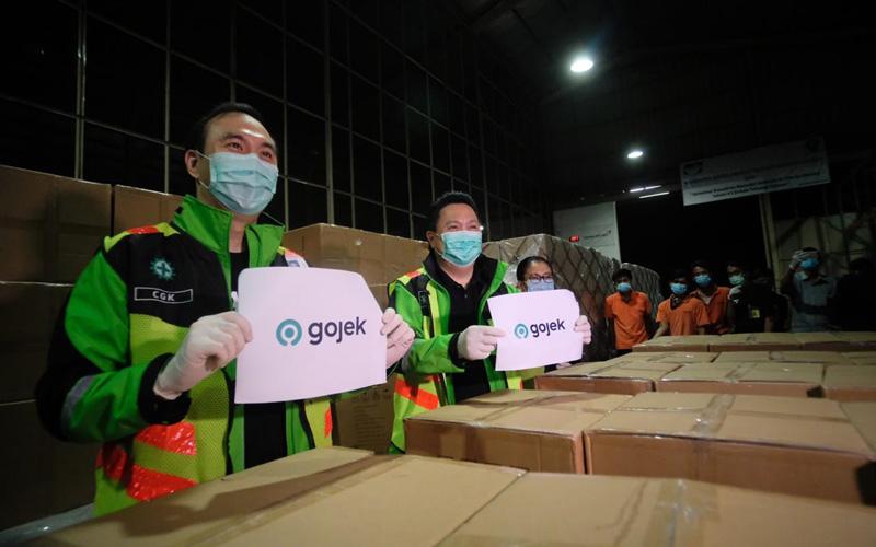 Komisaris Utama Gojek Garibaldi Thohir (kanan) dan Chief Operations Officer Gojek Hans Patuwo menyambut kedatangan impor masker untuk disediakan kepada para mitra driver dan tenaga medis Indonesia di Bandara Soekarno Hatta, Jakarta (1/4/2020). - Dok. Istimewa/Gojek
