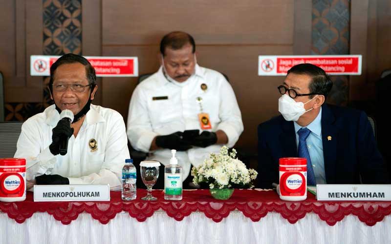 Menko Polhukam Mahfud MD (kiri) didampingi nMenteri Hukum dan HAM Yasonna Laoly (kanan) menyampaikan keterangan kepada wartawan terkait ekstradisi buronan pelaku pembobolan Bank BNI Maria Pauline Lumowa di Bandara Internasional Soekarno-Hatta, Tangerang, Banten, Kamis (9/7/2020). Tersangka pelaku pembobolan kas Bank BNI cabang Kebayoran Baru lewat Letter of Credit (L/C) fiktif sebesar Rp1,7 triliun diekstradisi dari Serbia setelah menjadi buronan sejak 2003. ANTARA FOTO - Aditya Pradana Putra