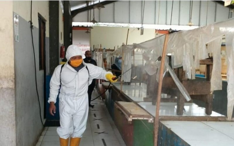 Kegiatan penyemprotan disinfektan di pasar tradisional yang dilakukan Perusahaan Daerah (PD) Pasar Kota Tangerang, Provinsi Banten bersama Badan Penanggulangan Bencana Daerah (BPBD) di Tangerang, Kamis (9/7/2020) dalam upaya menekan penyebaran Covid-19. - Antara/Achmad Irfan.