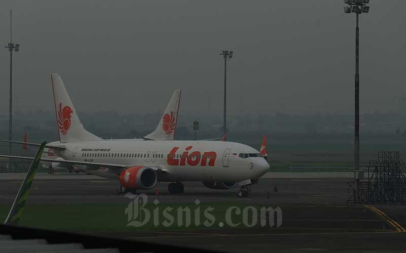 Pesawat Lion Air menjadi latar belakang para calon penumpang di Bandara Bandara Internasional Soekarno Hatta, Tangerang, Senin (12/2/2019). Bisnis - Nurul Hidayat