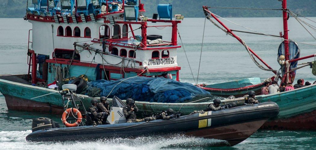 Personel Pengawasan Sumber Daya Kelautan dan Perikanan (PSDKP) dengan menggunakan speed boat melakukan penyergapan terhadap kapal yang diduga melakukan ilegal fishing saat simulasi di Dermaga PSDKP Batam, Kepulauan Riau, Rabu (13/11/2019). Simulasi tersebut dilaksanakan guna melihat kesiapan personel pengawasan sumber daya kelautan dan perikanan dalam menjaga perairan di Wilayah Kepulauan Riau dari kapal-kapal asing yang kerap melakukan ilegal fishing. - ANTARA FOTO/M N Kanwa