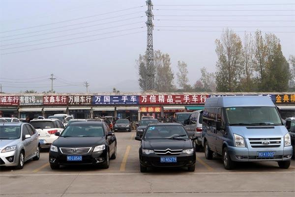 Beragam mobil bekas tampak di pasar kendaraan seken di Pingdingshan, Privinsi Henan, China, 5 November 2018.  - REUTERS