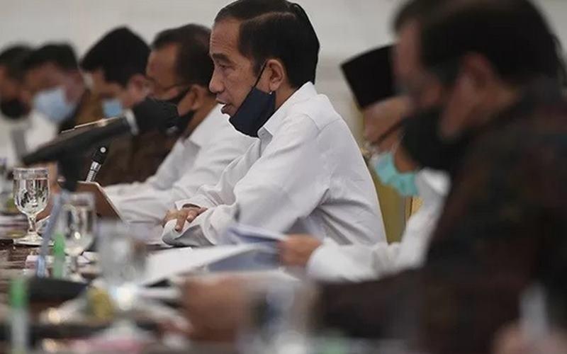 Presiden Joko Widodo (tengah) memimpin rapat kabinet terbatas mengenai percepatan penanganan dampak pandemi Covid-19 di Istana Merdeka, Jakarta, Senin (29/6/2020). - Antara