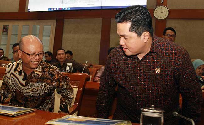 Meneg BUMN Erick Thohir (kanan) bersama Dirut Jiwasraya Hexana Tri Sasongko (kiri) bersiap mengikuti rapat kerja Panja Jiwasraya bersama komisi VI di Gedung Parlemen DPR RI, Senayan, Jakarta, Rabu (29/1/2020). Dalam raker tersebut Panja meminta Kementerian BUMN segera membayarkan polis asuransi nasabah yang dimulai pada bulan Maret 2020.ANTARA FOTO - Muhammad Iqbal