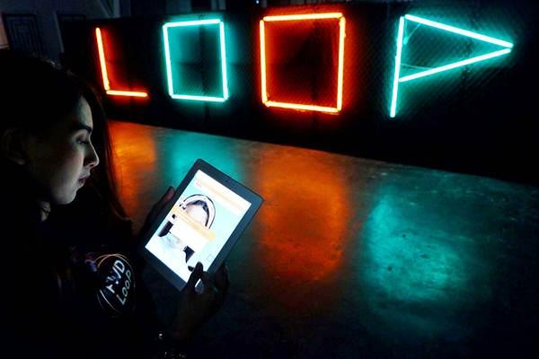 Model mencoba aplikasi produk unitlink baru bernama FWD Loop, Senin (12/2). - JIBI/Nurul Hidayat