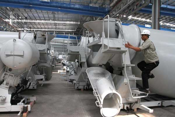Aktivitas karyawan di pabrik karoseri truk di kawasan industri Bukit Indah City, Purwakarta, Jawa Barat, belum lama ini. Selain kebutuhan lapangan kerja yang semakin besar, produktivitas industri manufaktur dinilai perlu lebih digenjot guna menghindari ancaman jebakan negara berpenghasilan menengah atau middle income trap. - Bisnis/NH