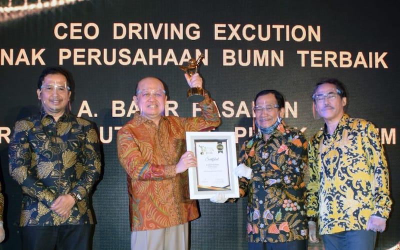 Direktur Utama Pupuk Kaltim Bakir Pasaman (dua kiri) meraih penghargaan The Best CEO Driving Execution Anak Perusahaan BUMN Terbaik dalam ajang 9th Anugerah BUMN 2020 yang diselenggarakan oleh BUMN Track. - JIBI/Istimewa