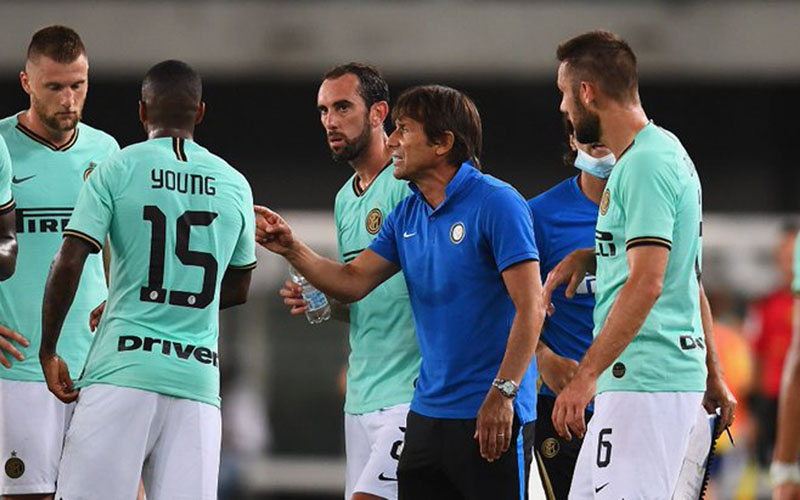 Pelatih Inter Milan Antonio Conte memberi arahan kepada para pemainnya ketika dipaksa imbang Hellas Verona. - Twitter@Inter_en