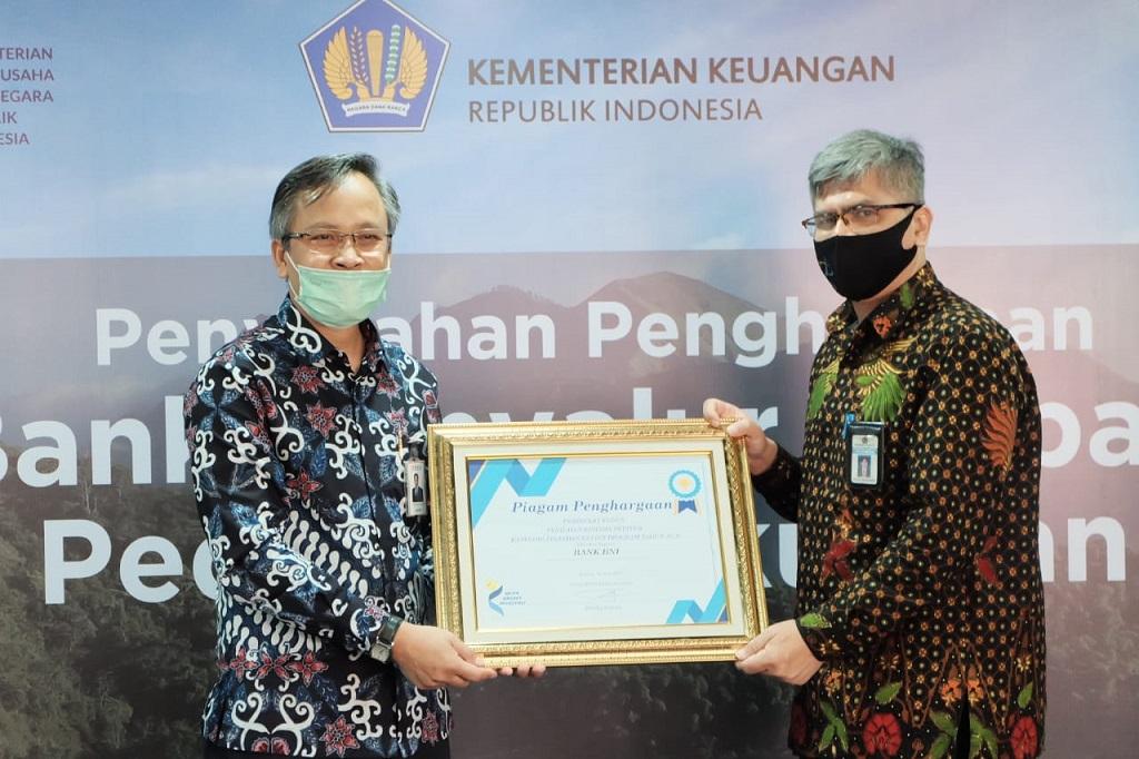 Foto: Penyerahan Piagam Penghargaan kepada Bank BNI - Dok. Bank BNI