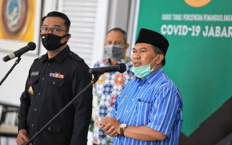Gubernur Jawa Barat, Ridwan Kamil (kiri) ditemani Wali Kota Bandung Oded M. Danial - Bisnis/Dea Andriyawan