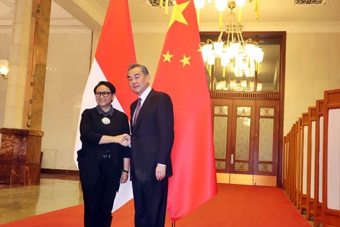 Menteri Luar Negeri Retno LP Marsudi (kiri) diterima Menteri Luar Negeri China Wang Yi, di Balai Agung Rakyat, Beijing, China, Rabu (14/4/2019) pagi. - ANTARA/M. Irfan Ilmie