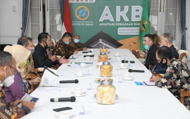 Gubernur Jawa Barat Ridwan Kamil menerima kunjungan Duta Besar (Dubes) Kerajaan Hashimiyah Yordania untuk RI H.E. Abdallah Abu Romman dan Dubes Republik Tunisia untuk RI Riadh Dridi di Gedung Pakuan, Kota Bandung, Jumat (10/7 - 2020).