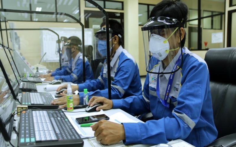 Karyawan PT Pusri Palembang menggunakan APD untuk mematuhi protokol kesehatan selama bekerja. istimewa