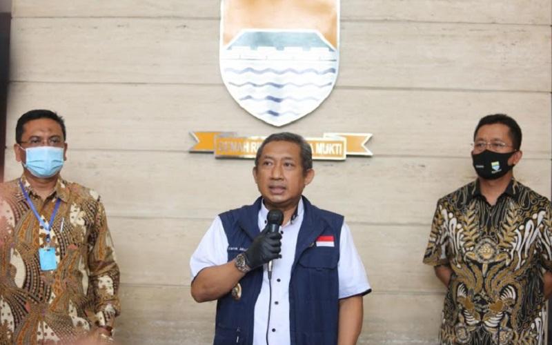 Wakil Wali Kota Bandung, Yana Mulyana (tengah) - Bisnis/Dea Andriyawan
