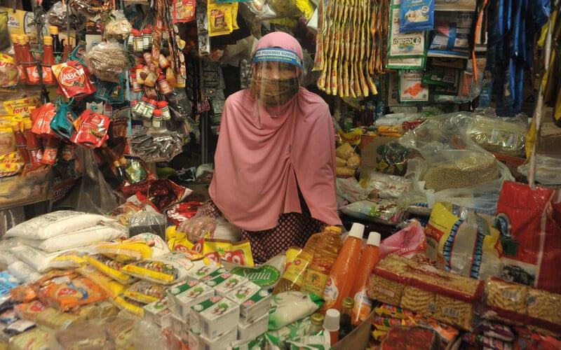 Seorang pedagang memakai pelindung (face shield) di wajahnya usai sosialisasi alat pelindung diri (APD) bagi pedagang di Pasar Sekip Ujung, Palembang, Sumatera Selatan, Jumat (26/6/2020). Sosialisasi APD tersebut dilakukan agar pedagang pasar memahami pentingnya melindungi diri dan orang lain di mana sejumlah pasar di Palembang sudah tercatat menjadi klaster penyebaran Covid-19. - Antara/Feny Selly
