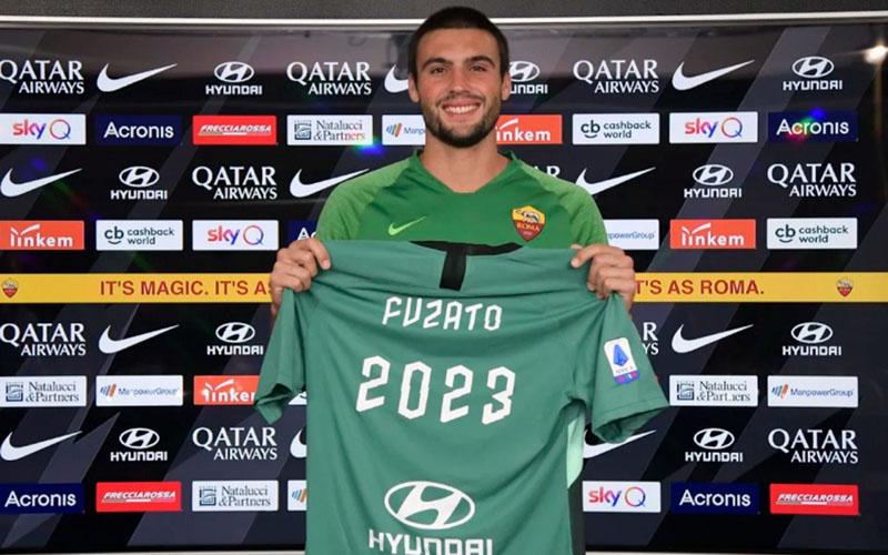 Penjaga gawang Daniel Fuzato berpose setelah mendapatkan perpanjangan kontrak di AS Roma. - ASRoma.com