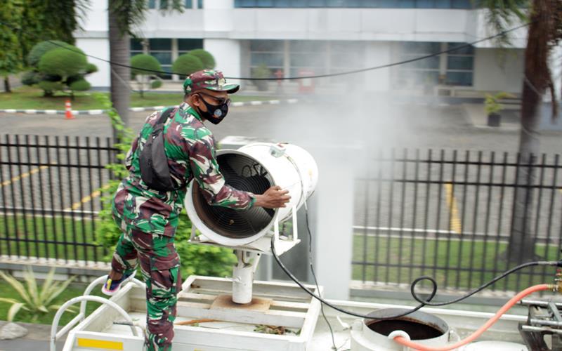 Petugas gabungan menyemprotkan cairan disinfektan di area publik di Kota Makassar, Sulawesi Selatan, Sabtu (20/6/2020). Pemerintah Kota Makassar mengerahkan sebanyak tiga ribu personel gabungan untuk melakukan penyemprotan cairan disinfektan secara massal di sejumlah area publik dalam rangka peningkatan upaya pencegahan penyebaran Covid-19 di daerah itu. ANTARA FOTO - Arnas Padda