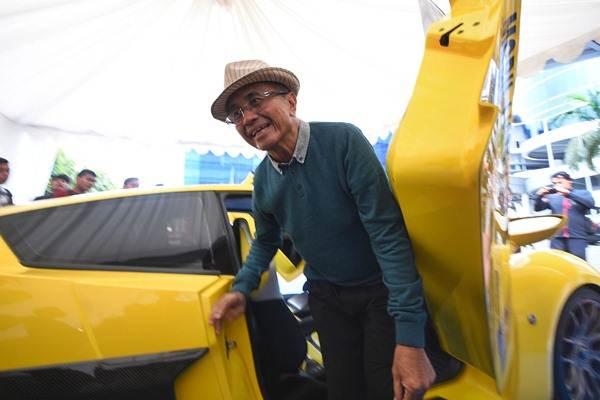 Mantan menteri BUMN Dahlan Iskan keluar dari mobil listrik prototipe Indonesia Seno yang dipamerkan di Surabaya, Jawa Timur, Jumat (12/5)./Antara - M Risyal Hidayat