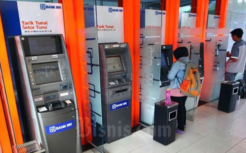 Nasabah bertransaksi melalui mesin ATM di galeri e-banking Bank BRI. - JIBI/Dwi Prasetya