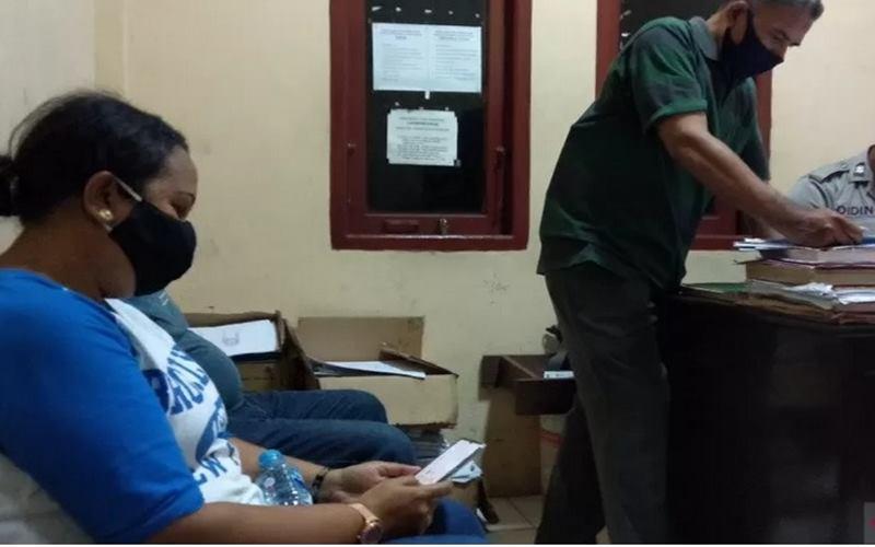 Tim Gugus Tugas Percepatan Penanganan COVID-19 Kota Sorong saat melaporkan pemalsuan dokumen hasil rapid test kepada Polres Sorong Kota. - Antara