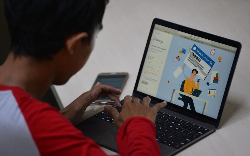 Warga mencari informasi tentang pendaftaran program Kartu Prakerja gelombang kedua di Jakarta, Senin (20/4/2020). - ANTARA