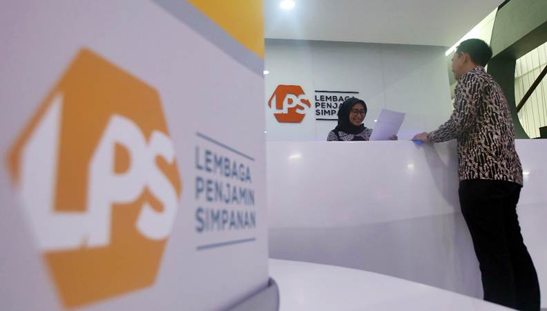 Karyawan beraktivitas di dekat logo Lembaga Penjamin Simpanan (LPS) di Jakarta, Selasa (23/4/2019). - Bisnis/Abdullah Azzam