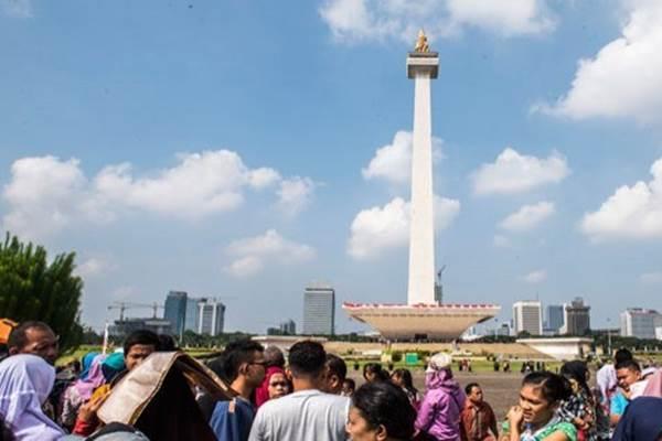 Suasana Monumen Nasional atau Monas saat cuaca di Jakarta cerah berawan. BMKG memperkirakan cuaca di Jakarat hari ini, Minggu (12/7/2020) bakal cerah berawan sepanjang hari. - Antara