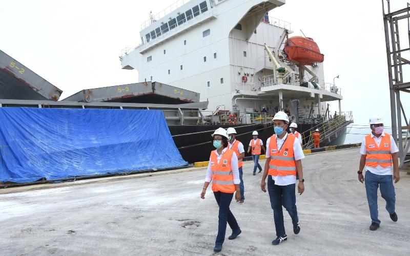 Direktur Pemasaran Petrokimia Gresik Digna Jatiningsih (kiri) beserta staf saat meninjau kapal yang memuat Pupuk Urea di Pelabuhan Petrokimia Gresik menuju Meksiko. - Istimewa / Petrokimia Gresik