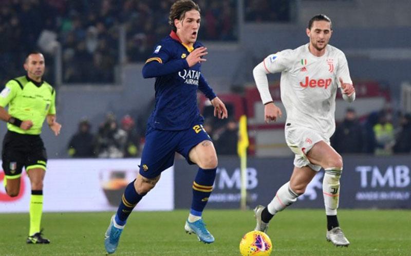 Gelandang AS Roma Nicolo Zaniolo (tengah) menggiring bola dalam pertandingan Serie A Italia melawan Juventus di Stadion Olimpico, Roma, 12 Januari 2020. Dia kemudian cedera dalam pertandingan itu./Antara - AFP
