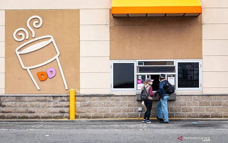 Pengunjung mengunjungi kedai drive/thru Dunkin' Donuts Brooklyn, New York, 3 April 2020. (ANTARA)n