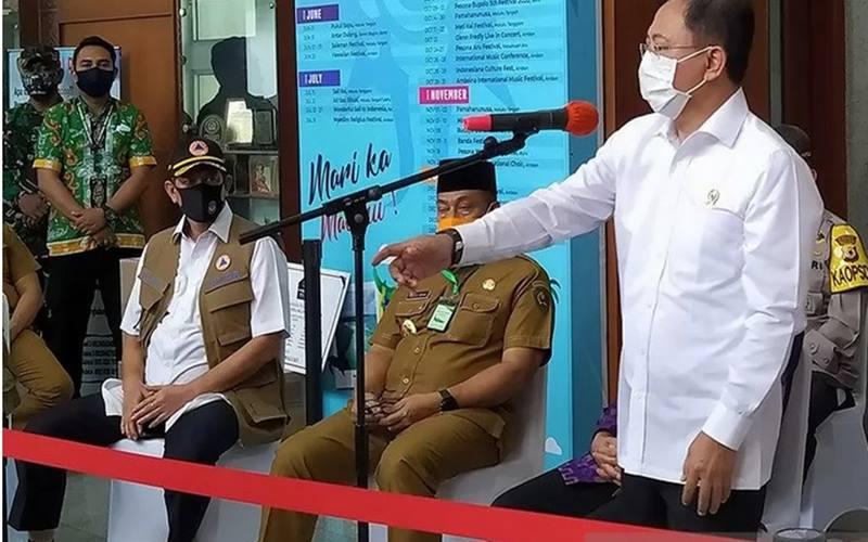 Menteri Kesehatan Terawan Agus Putranto (kanan) saat memberikan keterangan kepada pers di Ambon, Senin (6/7/2020). - Antara
