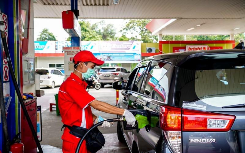 Petugas melakukan pengisian BBM di salah satu SPBU milik Pertamina.  - istimewa