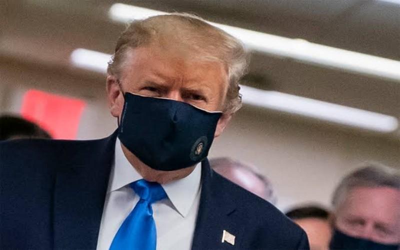 Trump pakai masker