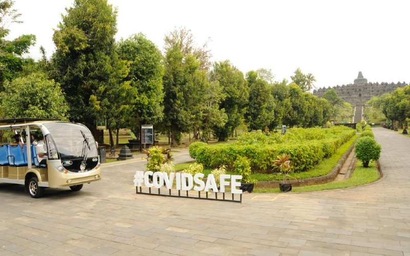 Candi Borobudur. Wisatawan juga bisa mengeksplorasi keindahan kawasan candi dengan berjalan kaki, menggunakan sepeda yang disewakan pihak pengelola atau berkeliling yang lebih dikenal dengan sebutan