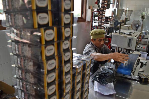 Pekerja mengemas produk minuman kopi serbuk di pabrik produk hilir PT Perkebunan Nusantara (PTPN) IX, Banaran, Jambu, Kabupaten Semarang, Jawa Tengah, Selasa (31 - 7). /ANTARA/Aditya Pradana Putra