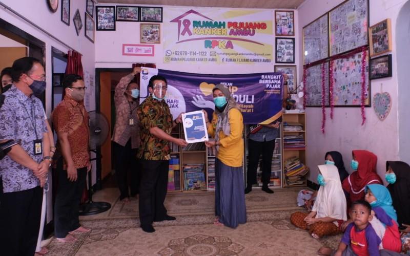 Kanwil DJP Jawa Barat I menyerahkan donasi kepada Yayasan Pendidikan Lara Adam Mulia (SLB ABCD Caringin) dan Yayasan Rumah Pejuang Kanker Ambu, Bandung.