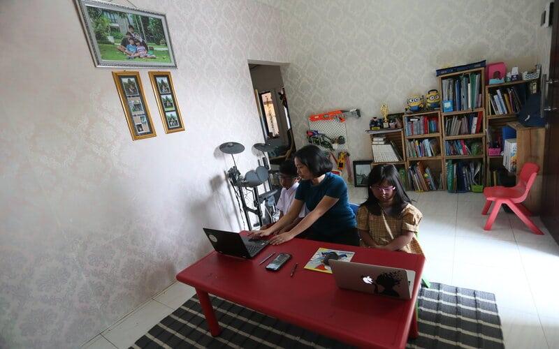 Orangtua murid mendampingi anaknya yang merupakan peserta didik baru tingkat Sekolah Dasar (SD) dan Taman Kanak-kanak saat mengikuti Masa Pengenalan Lingkungan Sekolah (MPLS) secara daring dari rumahnya di Blitar, Jawa Timur, Senin (13/7/2020). - Antara/Irfan Anshori