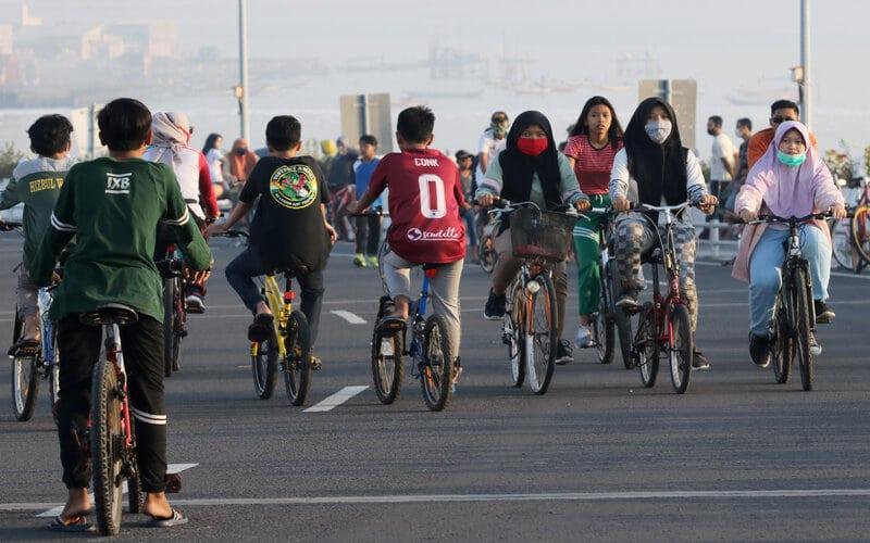 Warga beraktivitas di Jembatan Suroboyo, Surabaya, Jawa Timur, Sabtu (11/7/2020). Jembatan Suroboyo yang merupakan salah satu ikon kota Surabaya berlokasi di kawasan Kenjeran itu ramai dikunjungi warga saat pandemi Covid-19 untuk berolahraga, bersepeda ataupun sekedar menikmati pemandangan pantai. - Antara/Didik Suhartono