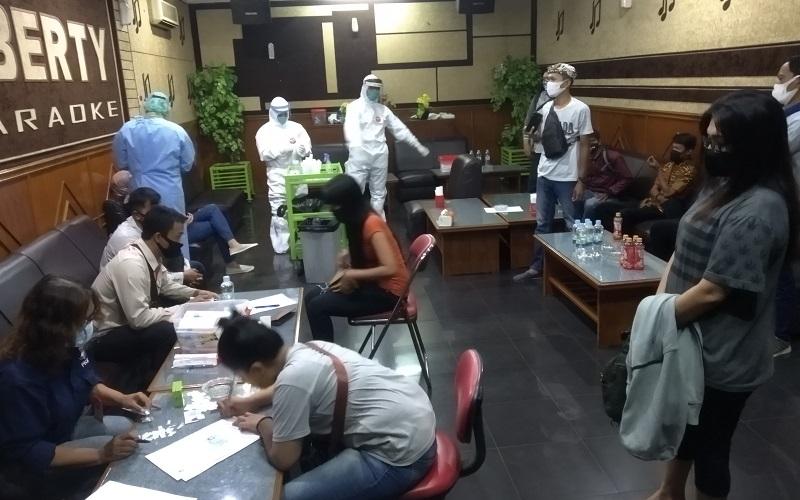 Pekerja hiburan malam di Cirebon ikuti tes swab massal? - Bisnis/Hakim Baihaqi